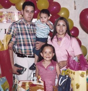 <b>10 de abril </b> <p> Víctor Javier Cheang Hernández, captado el día que festejó su segundo cumpleaños junto a sus papás Karime Hernández y Javier Cheang, y su prima Paola.