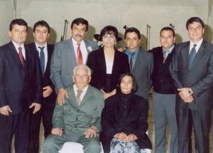Antonio Adame Herrera y Leonor de León Hernández acompañados por sus hijos.
