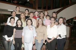 Doani Fernández de Mena acompañada por un grupo de familiares y amistades, en la fiesta de canastilla que le organizaron por el cercano nacimiento de su bebé.