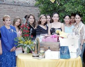 María Eugenia Hernández Ramírez acompañada por algunasde las invitadas a su fiesta de despedida de soltera