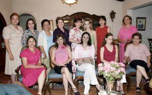 Miriam Motola Licón en su despedida de soltera con un grupo de amigas.