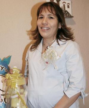 <b>10 de abril </b><p> Maribel Jiménez Regalado recibió felicitaciones por el próximo nacimiento de su bebé
