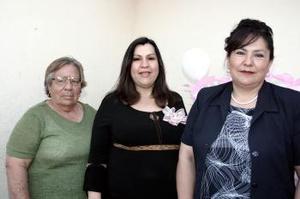 <b>11 de abril </b><p> Liliana Venegas de Valenzuela espera el nacimiento de su bebé, por lo que Raquel Maldonado y María de Lourdes de Venegas le ofrecieron una fiesta de canastilla