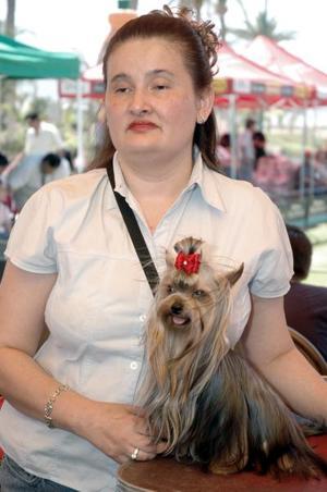 Susy Pavón con mascota de la raza Yorkshire Terrier.