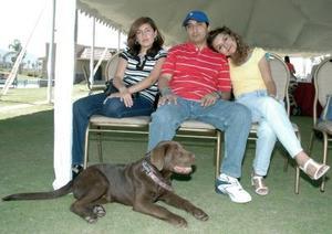<b>10 de abril </b><p> Yésica de Morales, Fernando Morales y Eva Morales de García junto a su fiel mascota un perro labrador.