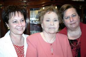 Acompañan  a la señora Celia Sillersus hijas Gloria y Paty