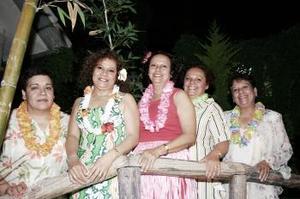 Aída Arenas, acompañada por sus hermanas Xóchitl, María Guadalupe, María de Jesús y su cuñada Celia Pérez .