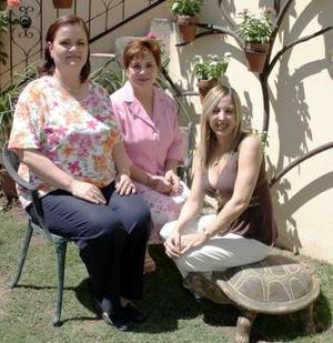 Mane Reed de Veyán , Mirtala de Aguiñaga y Marú de Giacomán, anfitrionas de la pasada sesión del Club de Jardinería .