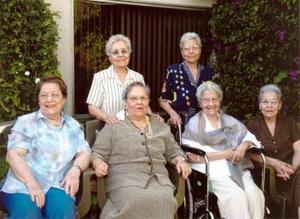 Sra. Leonor Garc÷ia de Reyes festejó su cumpleaños el pasado 20 de marzo en compalñia de sus hermanas, la Sra. Juanita D BInion, Graciela García, Nena de Cerpa, Tila de Dávila y Mela de Serna.