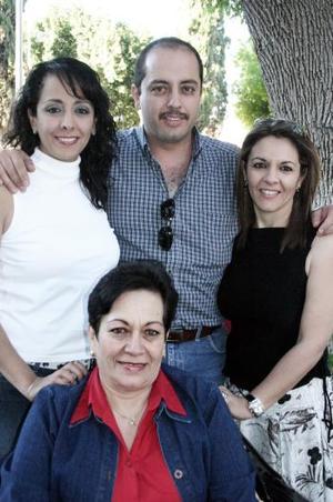 Gloria Macías de Chibli con sus hijos Gloria, Antonio y Ana María.