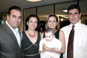 Carlos y Angélica Rosales, Enrique y Arlene Reyes y la pequeña Andrea Rosales Contreras.