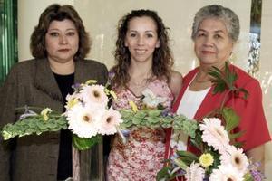 Ana Catalina Riveroll, acompañada de las anfitrionas de su despedida de soltera.