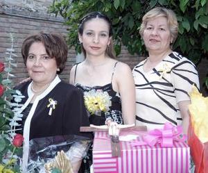 María Eugenia Hernández Ramírez junto a las organizadoras de su fiesta de despedida de soltera.