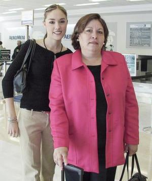 <b>13 de abril</b><p> Liliana Jaime viajó a León y fue despedida por Cecilia Rubio.