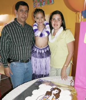 Ana Karen Galindo Trasfí con sus papás, Carlos y Linda Galindo.