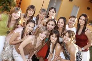 14 de abril  Vicky Ibargüengoitia en copañía de amistades en su fiesta de despedida.