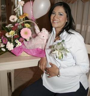 <b>13 de abril </b><p> Josefina Rivera de Sabag, captada en su fiesta de canastilla en días pasados