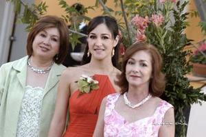Vicky Ibargüengoitia García acompañada por las organizadoras del festejo, señoras Guadalupe Rebollo de Murra y Virginia García de Ibargüengoitia  .