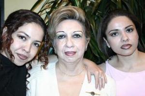 Lilia Rosa Faudoa de Hernández acompañada de sus hijas, Yadira y Lilia Rosa Hernández.