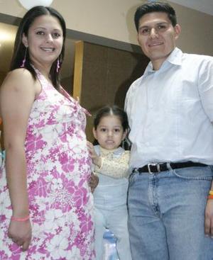 Christian Valdés Zorrilla en compañía de su esposo Alberto Romero y de sus hija Alexa Romero Valdés, en la fiesta de canastilla que le ofrecieron .