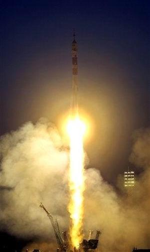 Durante esos ocho días, los tres vivirán en el ISS en compañía del estadounidense Leroy Chiao y el ruso Salizhán Sharípov, que forman la décima expedición y ya están listos para regresar a la Tierra tras más de seis meses de trabajo en la plataforma espacial.