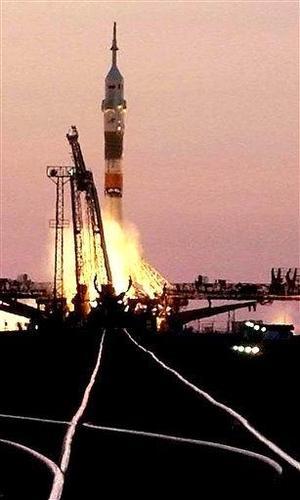 Krikaliov y Philips asumirán en los próximos seis meses el mando de la estación espacial, mientras Vittori permanecerá en la órbita ocho días, como integrante de la llamada expedición de visita, las que se realizan durante el relevo de las tripulaciones permanentes.
