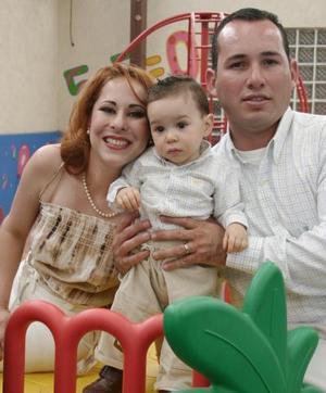 Diego Rodriguez Ortiz en compañía de sus papás el día de su cumpleaños