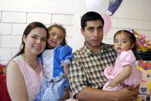 <b>14 de abril </b> <p> Regina Cardona García cumplió tres años de vida ys sus papás, Alejandro Cardona Salazar y Ángela García Castro y su hermanita Luisa le ofrecieron una riquísima merienda.