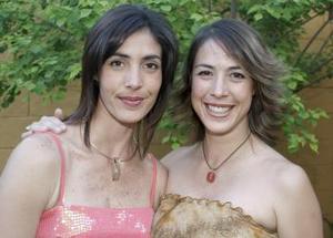 Érika junto a su hermana Paty Fernández de Gutiérrez en su fiesta de canastilla.