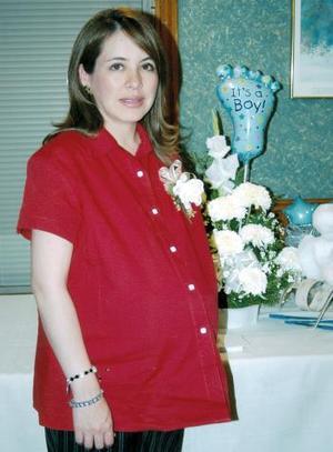 Patricia Verdeja de Fernández, captada en la fiesta de canastilla que le ofrecieron por el próximo nacimiento de su bebé.