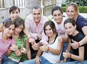 <I>MÉXICO VIVO</I><P>Ricardo Borrego Seco acompañado de un grupo de jovencitas entre ellas su sobrina Banchis Borrego González, él estuvo presente para promocionar la pulsera VIDA a favor del centro de investigaciones de enfermedades infecciosas y el SIDA