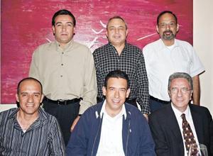 <I>Festeja muy bien acompañado</I><P>Francisco Pámanes Fernández, Salvador Llorens Ávalos, Humberto Moreira Valdés, Fernando Todd Siller y Federico López Hernández acompañando al festejado.