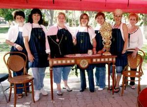 Ángeles de Valdés, Luíta de Murra, Cecy de García, Marisa de Zavala, Pily de Miñarro, Susana de Russek y Ángeles de Milán, integrantes del club Geranio en su stand de arte.