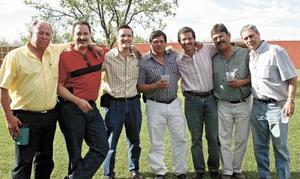 <I>Se reúne grupo de amigos a festejar</I><P>Fernando Estrada, Guillermo Canales, Luis Sánchez,  Jorge Gurza, Manuel González, Bullo Corona y Fernando Velazquez