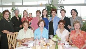 Cristy, Elisita, Angie, Malena, Celia, Irma, Lola, Mayo, Muñeca, Yola, Marycarmen, Eduardo y Ángeles acompañando a María Cristina