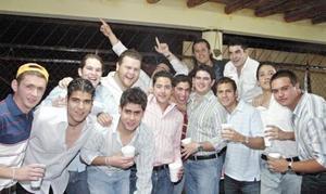 Hector Jaime rodeado de sus amigos.