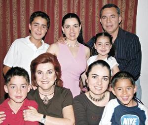 <I>¡Bingo de diez!</I><P>Rogelio, Lorena, Roge, Michel, Nadia González, Gabriela, Mónica Silveyra y Nico Issa