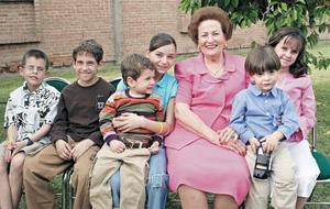 La festejada acompañada de sus nietos