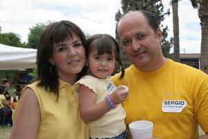 Ana Laura Lamberta de De la Garza y Sergio de la Garza con su hija Jimena.