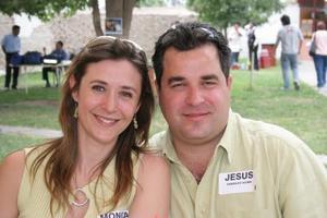 Mónica Glenn de González y Jesús González Acuña.
