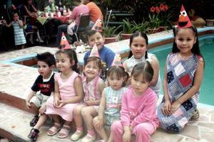 Christian Urby Ramírez, acompañada de sus amigos en la piñata que le organizaron.