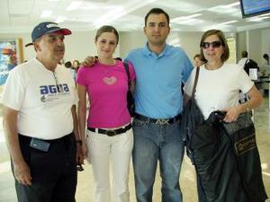 Enrique García y Dora de García viajaron a Miami y los despidieron Ruperto García y Silvia Murra.