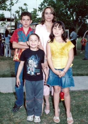 Maricela Salazar Violante con sus hijos, Rubén, Carlos y Maricela.