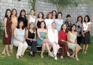 Laura Elena Argüelles Rodríguez acompañada de sus invitadas a la fiesta de despedida.