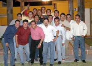 Víctor Hugo Márquez rodeado de un grupo de amigos, asistieron a su fiesta de cumpleaños