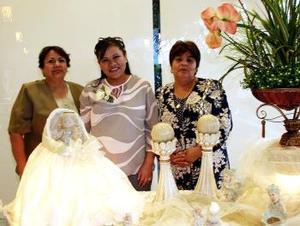 Mayela de Pérez acompañada de las organizadoras de su fiesta de canastilla, la Sra. Dolores Fematt de Delgado y Sra. Felipa Vázquez de Pérez.
