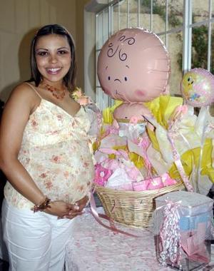 Olga Darwich de Cordero recibió  regalos en su fiesta de canastilla.