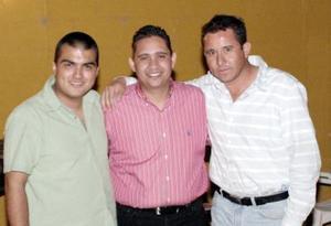 Víctor Hugo Márquez con Rolando Cano y Érick Sotomayor.