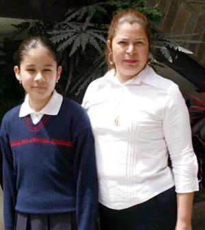 Cecilia Ruiz y la maestra Elva Margarita de la Cruz Robles.