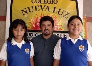 Ileana Leticia del Río y Miriam Rubio con su maestro Jaime Sánchez
